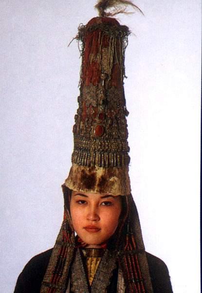 В начале средних веков одни и те же предметы одежды носило и простое население, и знать: это распашные рубахи...