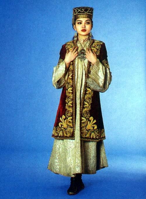 Казахской нац-ой одежде присущи яркие, сочные цвета.  Такие цвета говорят о хорошей жизни, богатстве, достатке и т.д.